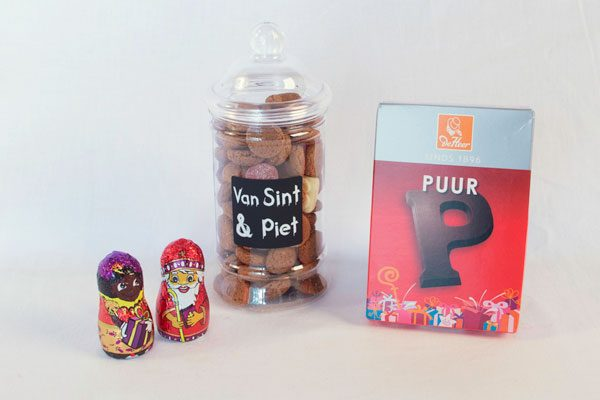 Sinterklaas presentje glazen pot met kruidnoten en chocolade