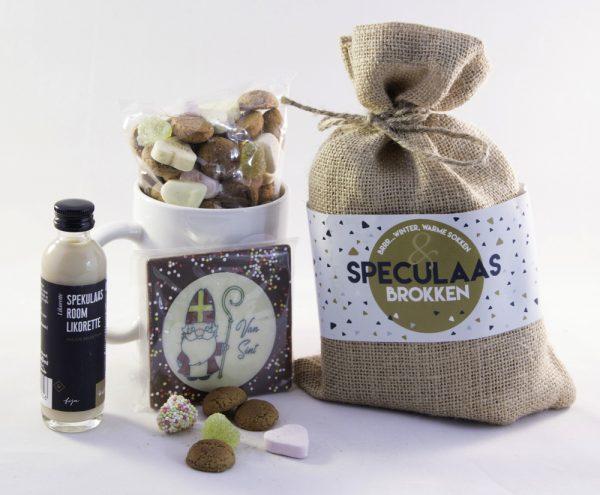 Speculaasbrokken, kruidnoten en chocolade Sint