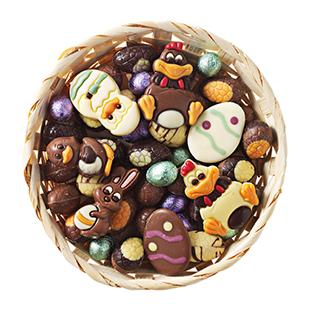 Mandje gevuld met paas chocolade