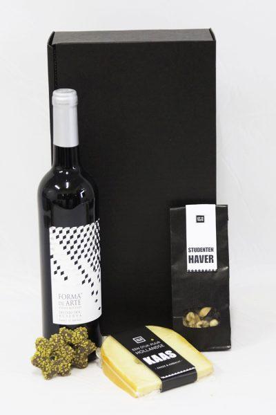 Relatiegeschenk met wijn, chocolade, nootjes en kaas